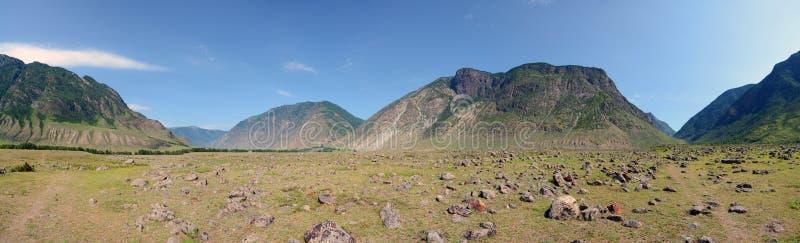 Cono de los depósitos aluviales del río de Chulcha en el valle del río de Chulyshman, montañas de Altai, Siberia, Rusia foto de archivo