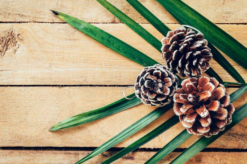 Cono del pino en el fondo de madera de la tabla con el espacio imagen de archivo