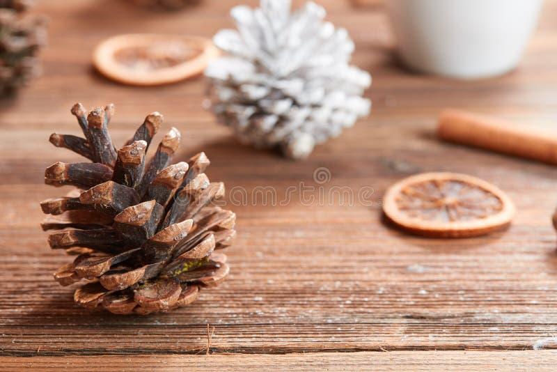 Cono del pino marrón y blanco en la tabla de madera fotografía de archivo