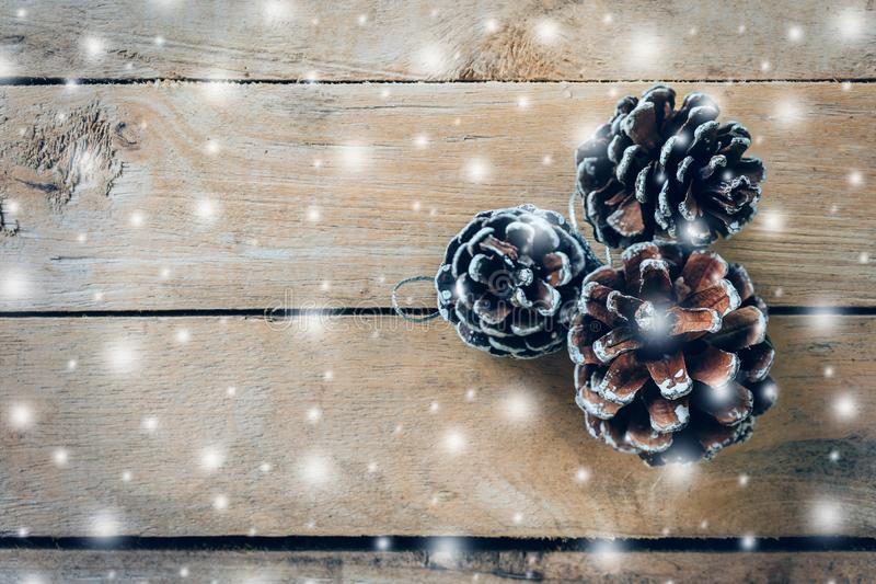Cono del pino y nieve blanca en el fondo de madera de la tabla con el espacio fotos de archivo libres de regalías