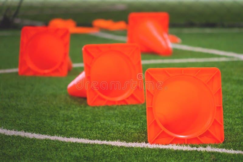 Cono di addestramento di calcio su terreno di gioco dell'interno immagini stock libere da diritti