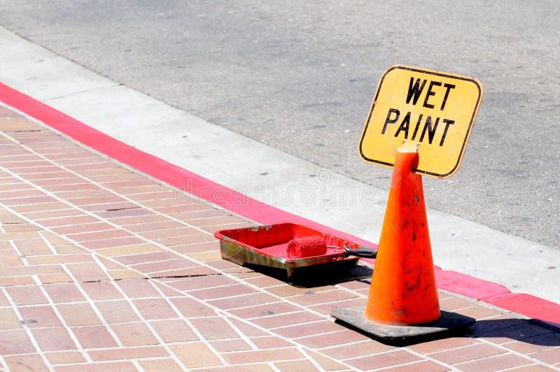 Cono di traffico e vernice bagnata fotografia stock