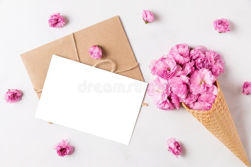 Cono en blanco de la tarjeta de felicitación y de helado de las flores rosadas de la cereza del flor en cono de la galleta en el  foto de archivo