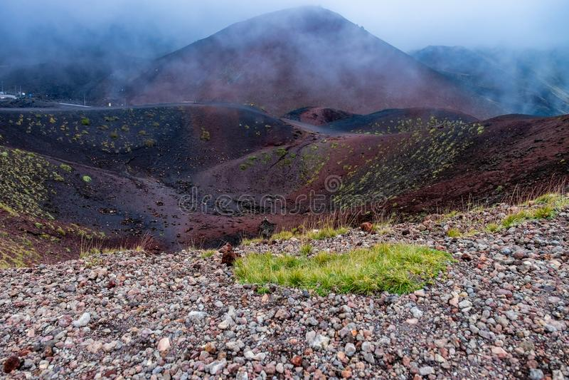 Cono y cráter volcánicos derrumbados, el monte Etna, Sicilia fotos de archivo