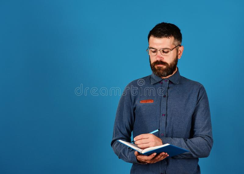 Conocimiento y concepto de previsión Profesor con la cara concentrada Hombre con la barba y el libro foto de archivo libre de regalías
