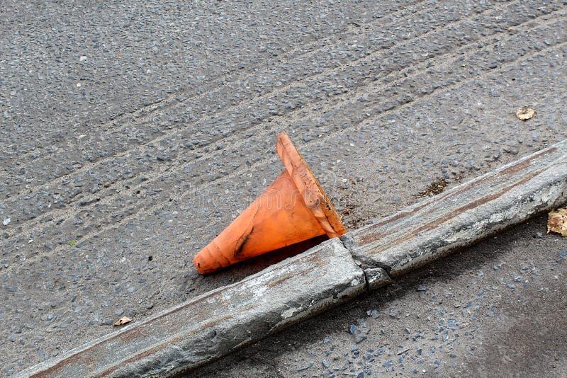 Conos anaranjados para la reparación del camino que miente en la calle fotos de archivo libres de regalías