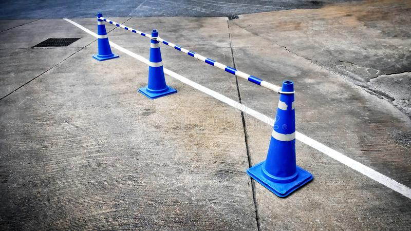 Conos azules del camino del tráfico con las varillas rayadas que dividen carriles de tráfico imágenes de archivo libres de regalías