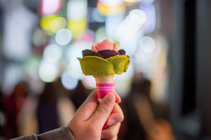 Conos de helado de la fresa, del chocolate, de la vainilla y del pistacho sobre el fondo blanco fotografía de archivo