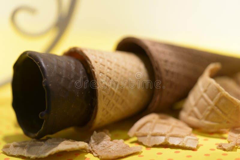 Conos de helado de la oblea del chocolate fotografía de archivo libre de regalías