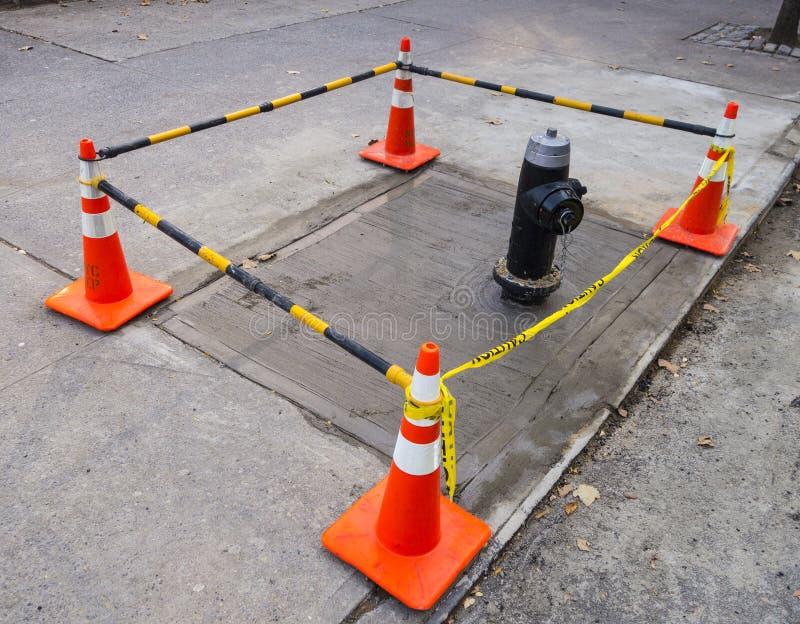 Conos de la calle con las barras plásticas blancas anaranjadas rayadas de conexión fotografía de archivo