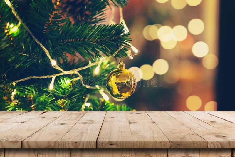 Conos de madera vacíos del pino de la tabla y de la Navidad que cuelgan de la Navidad imágenes de archivo libres de regalías