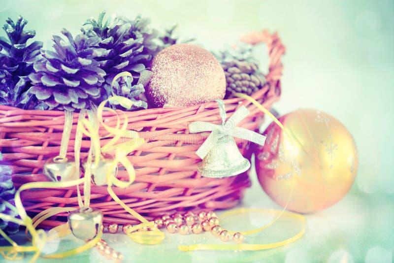 Conos del pino, Belces y bolas de la Navidad en la cesta foto de archivo libre de regalías