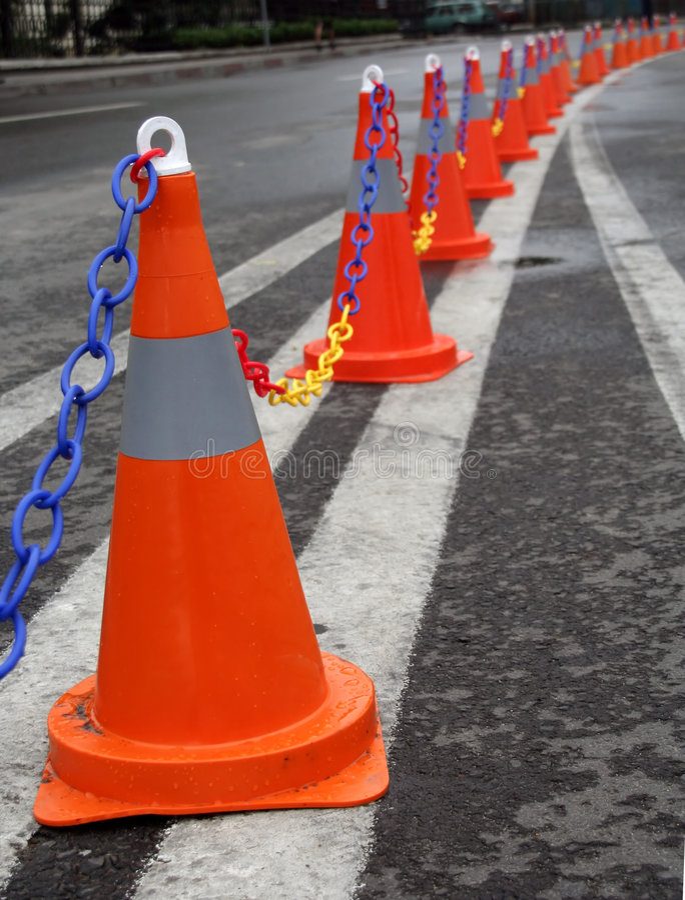 Conos del tráfico en una carretera de doble calzada imagen de archivo libre de regalías