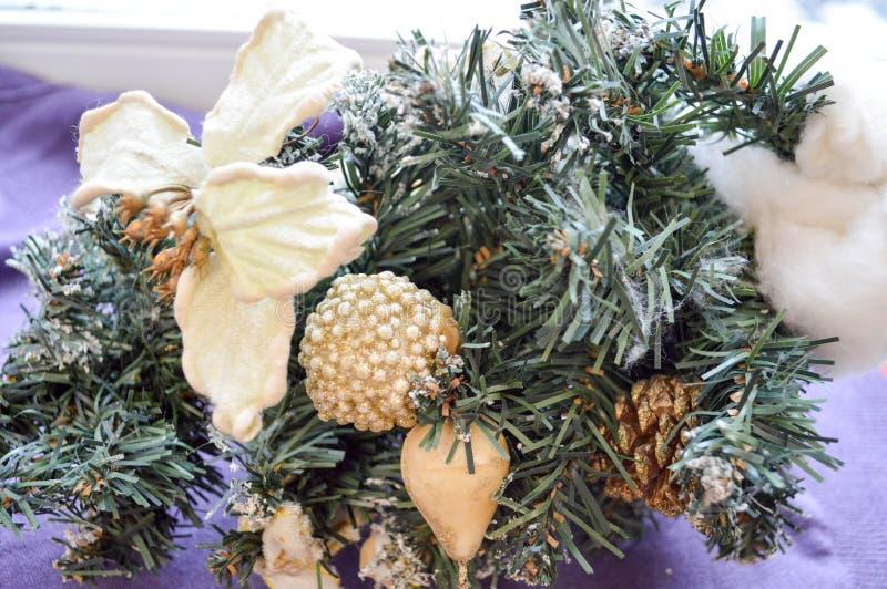 Conos, juguetes, flores en una rama de un árbol de navidad fotografía de archivo