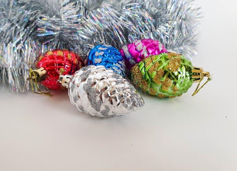Conos multicolores de cristal del pino como decoración del árbol de navidad Feliz A?o Nuevo fotos de archivo libres de regalías
