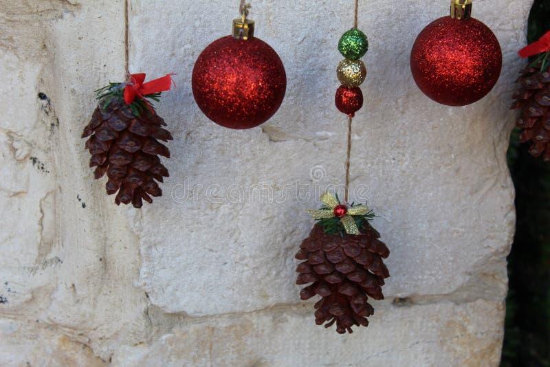Conos y bolas brillantes para la decoración del árbol de navidad imagenes de archivo
