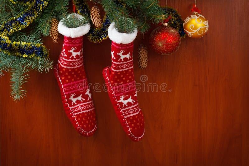 Conos y ramas del pino de la media de la Navidad decoraciones en fondo rústico de madera imágenes de archivo libres de regalías