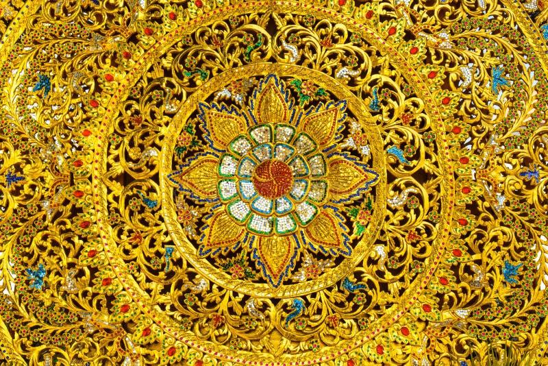 Conoscenza dei boschi tailandese di arte con la pittura dell'oro fotografia stock
