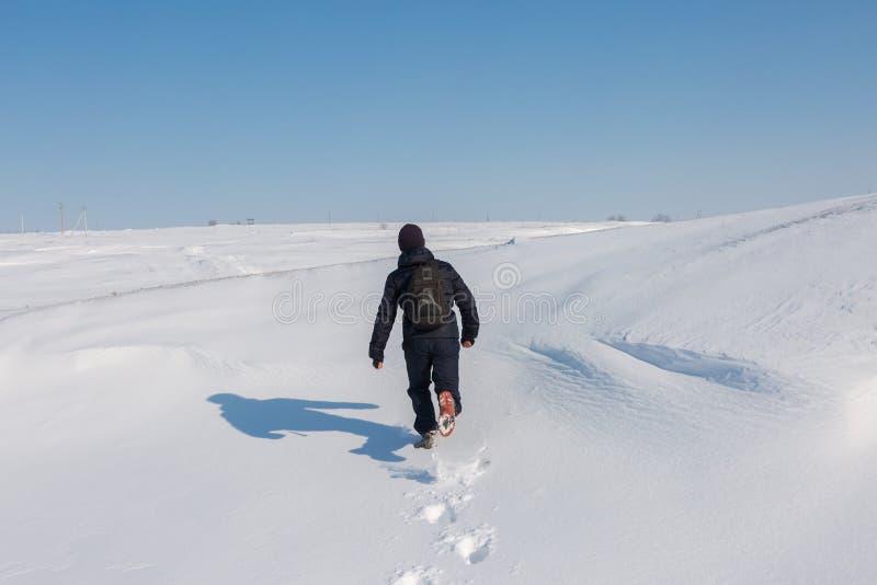 Conquérant des crêtes, escaladant une montagne neigeuse photo stock