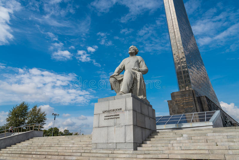 Conquérants de l'espace et statue de Konstantin Tsiolkovsky photos stock