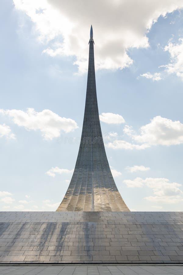 Conquérants de monument de l'espace, garnis des panneaux titaniques, taille 107 m photographie stock