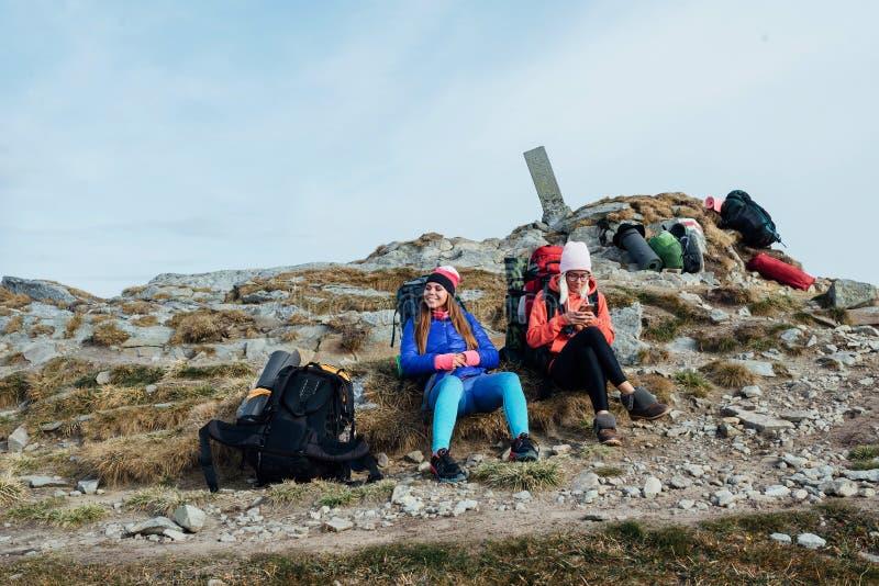 Conquista del pico de los turistas Acampadas fotografía de archivo libre de regalías