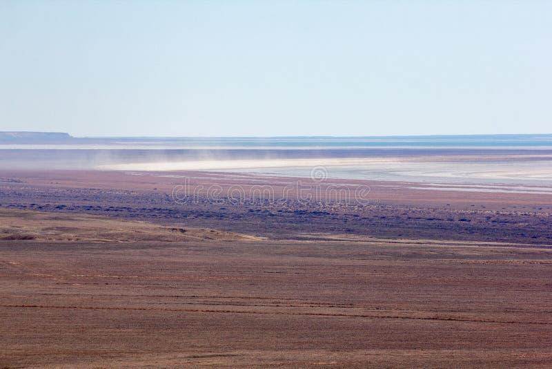 Conséquences de catastrophe écologique de mer d'Aral Salez la tempête dans le désert arénacé de sel sur l'endroit de l'ancien fon photos stock