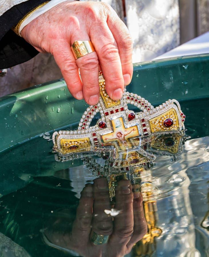 Consagração da água durante o esmagamento da celebração em Uzh foto de stock