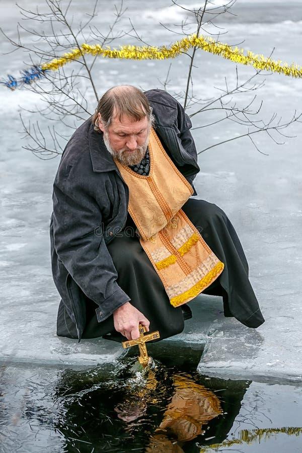 Consagração da água para o batismo do senhor foto de stock royalty free