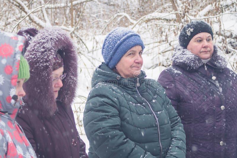A consagração do nascente de água no feriado cristão do batismo na região de Kaluga de Rússia foto de stock