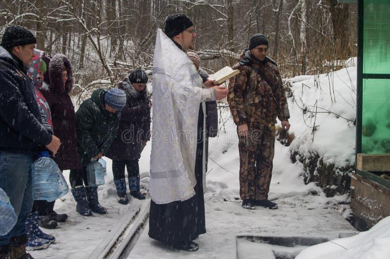A consagração do nascente de água no feriado cristão do batismo na região de Kaluga de Rússia fotos de stock royalty free