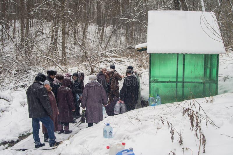 A consagração do nascente de água no feriado cristão do batismo na região de Kaluga de Rússia imagens de stock