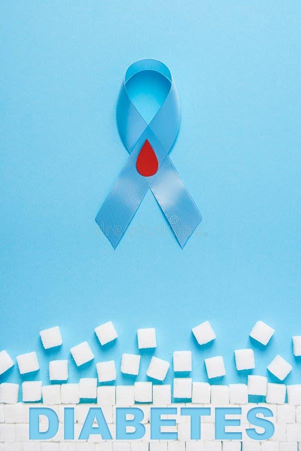 Conscientização da fita azul do diabetes da inscrição com gota vermelha do sangue e a parede arruinada feitas de cubos do açúcar  ilustração royalty free