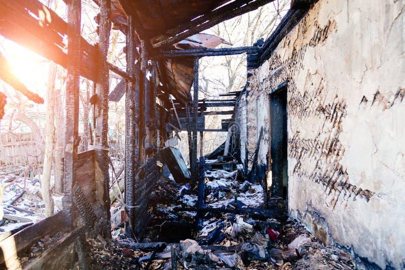 Consecuencias del fuego Casa rural completamente quemada fotografía de archivo