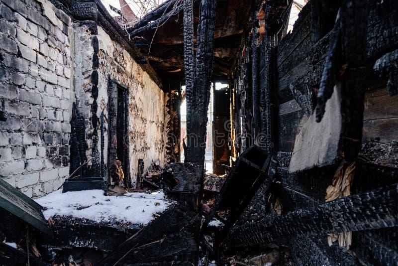 Consecuencias del fuego Casa rural completamente quemada foto de archivo libre de regalías
