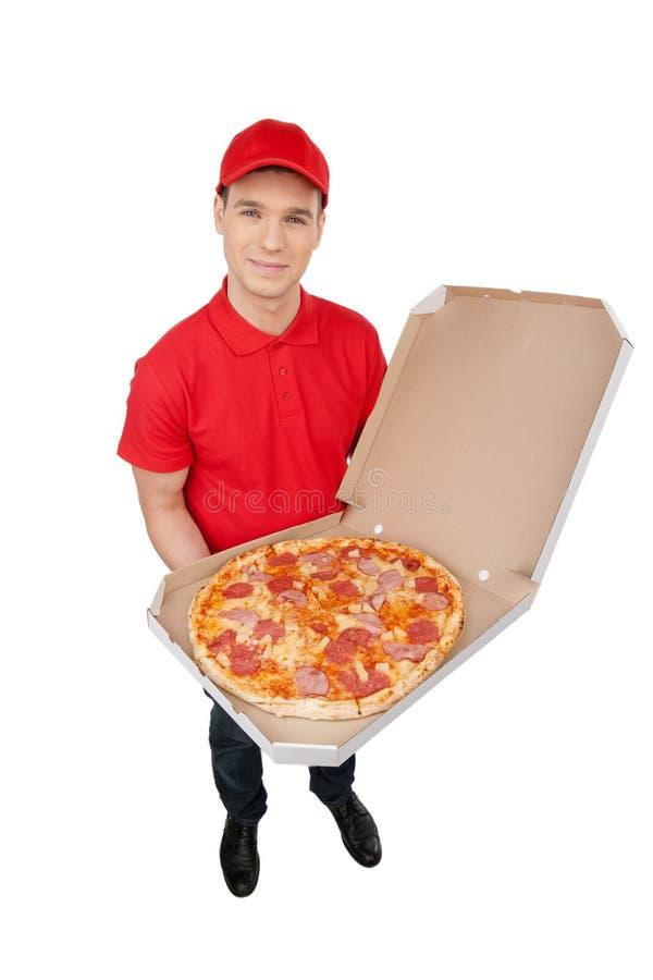 Consegna della pizza. Punto di vista superiore di giovane tenuta allegra del fattorino immagini stock libere da diritti
