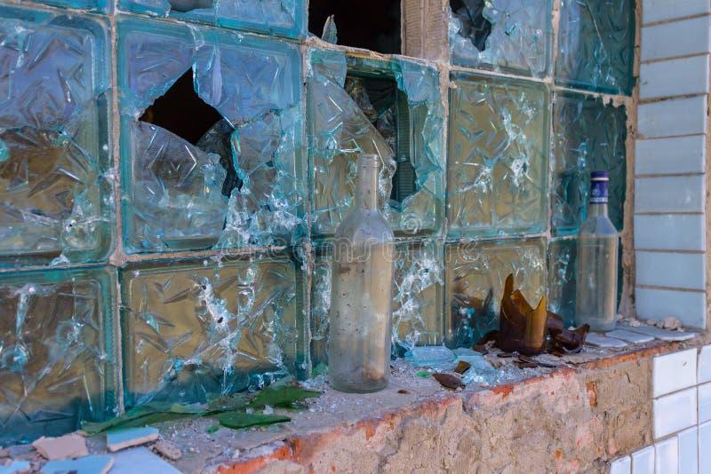Conseguenze delle ostilità Tracce di pallottole e tracce di distruzione sulla parete della costruzione fotografia stock
