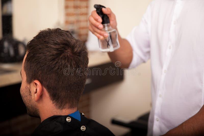 Conseguir corte de pelo en una peluquería de caballeros foto de archivo