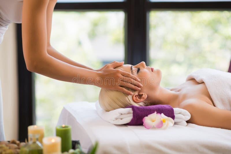 Conseguir masaje del cuero cabelludo foto de archivo libre de regalías