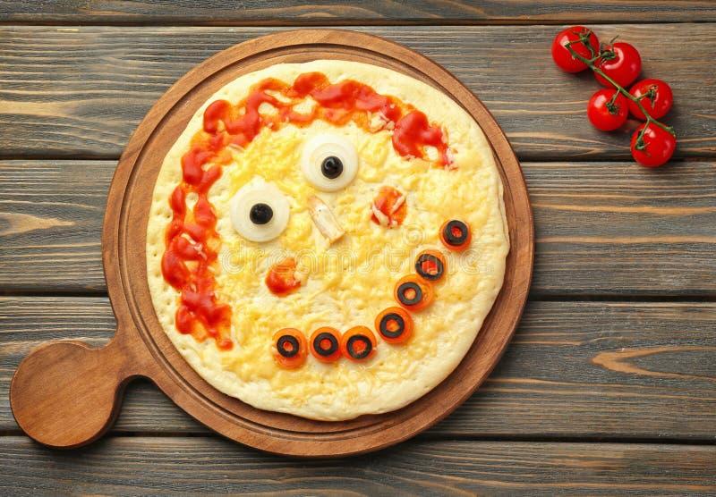Conseil avec la pizza créative sur le fond en bois, vue supérieure photos libres de droits