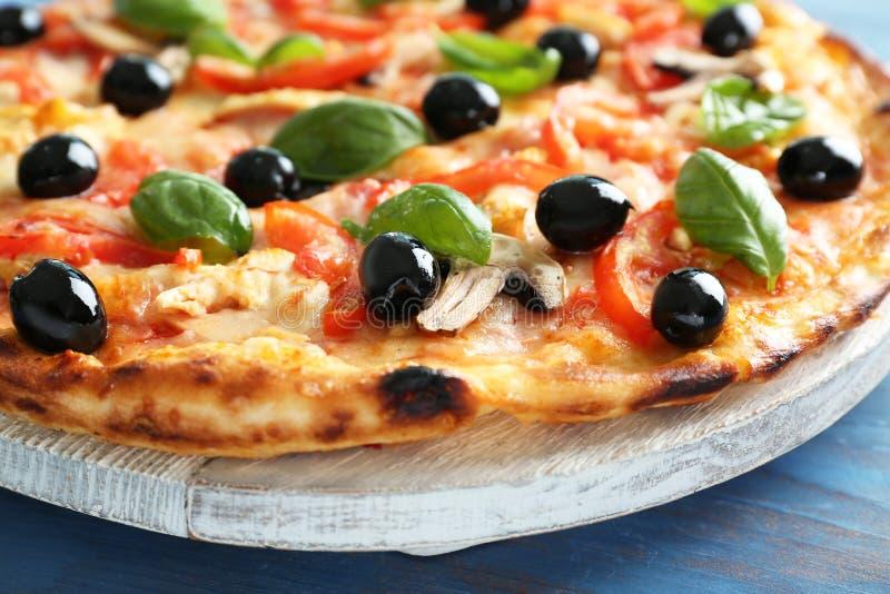 Conseil avec la pizza italienne savoureuse sur la table en bois, plan rapproché images libres de droits