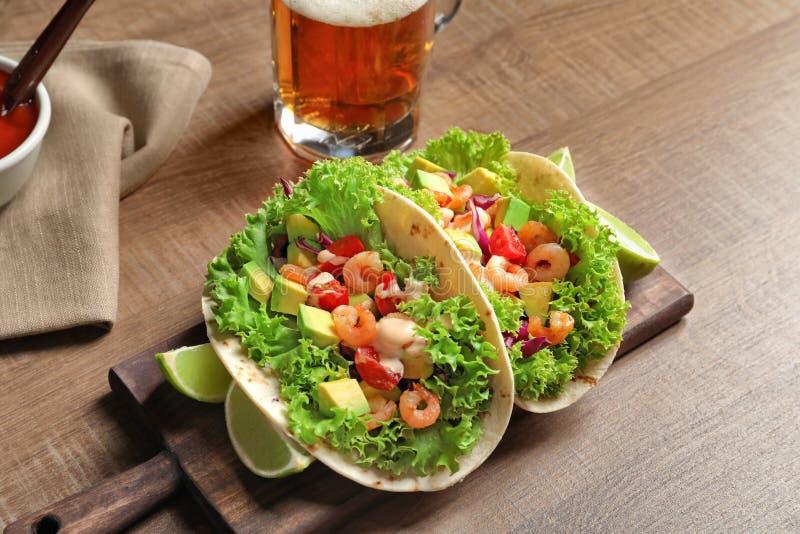 Conseil avec le tacos délicieux de crevette images stock