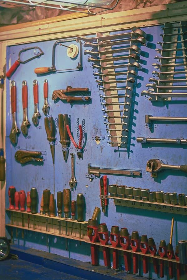 Conseil bleu dans l'atelier du moteur du bateau avec différents types plent d'outils photos libres de droits