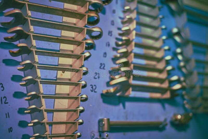 Conseil bleu dans l'atelier du moteur du bateau avec différents types plent d'outils photographie stock libre de droits