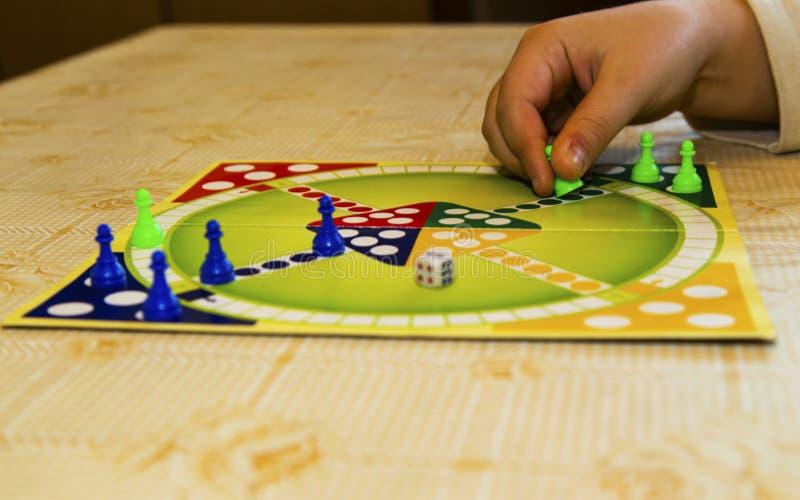 Conseil coloré pour jouer le jeu traditionnel du ` s d'enfants photographie stock libre de droits