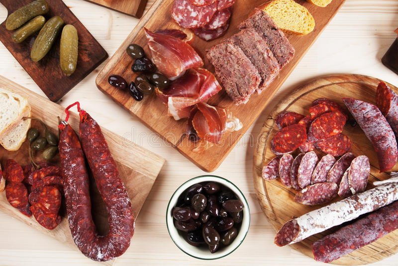 Conseil de Charcuterie avec de la viande et les olives traitées images stock