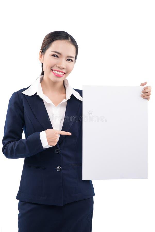 Conseil de publicité blanc de sourire de prise de femme d'affaires Carte blanche images libres de droits