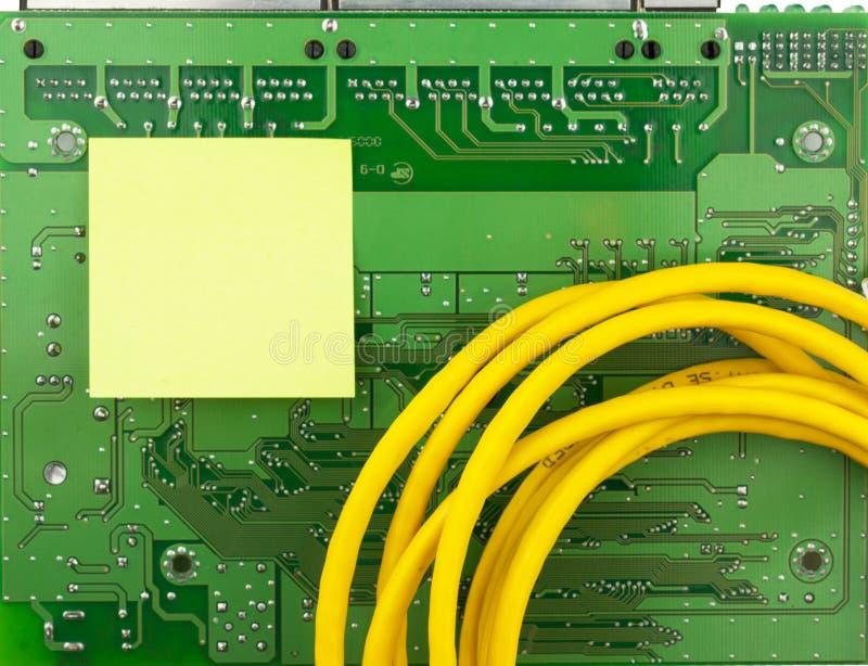 Conseil de vert de carte PCB de plan rapproché, autocollant et corde de correction jaune images libres de droits