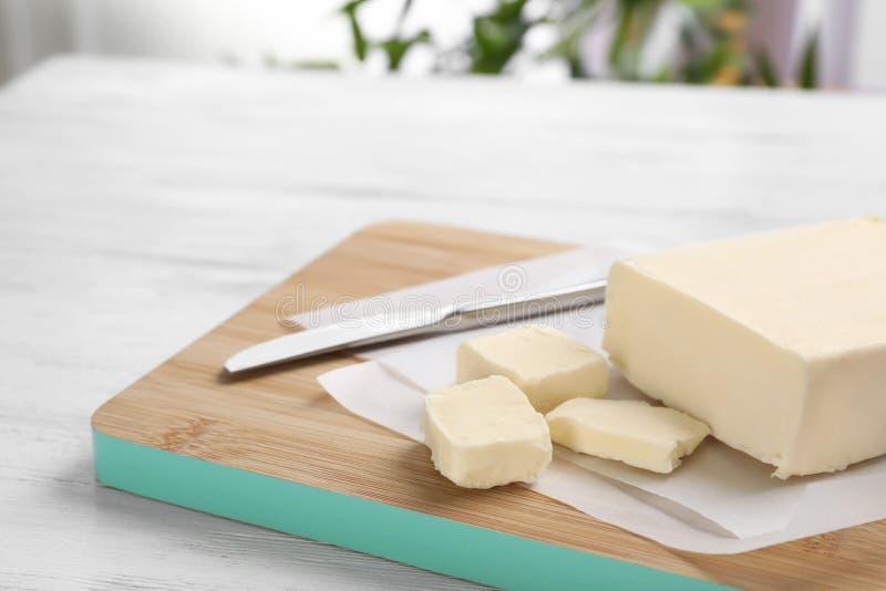 Conseil en bois avec du beurre frais savoureux photo libre de droits