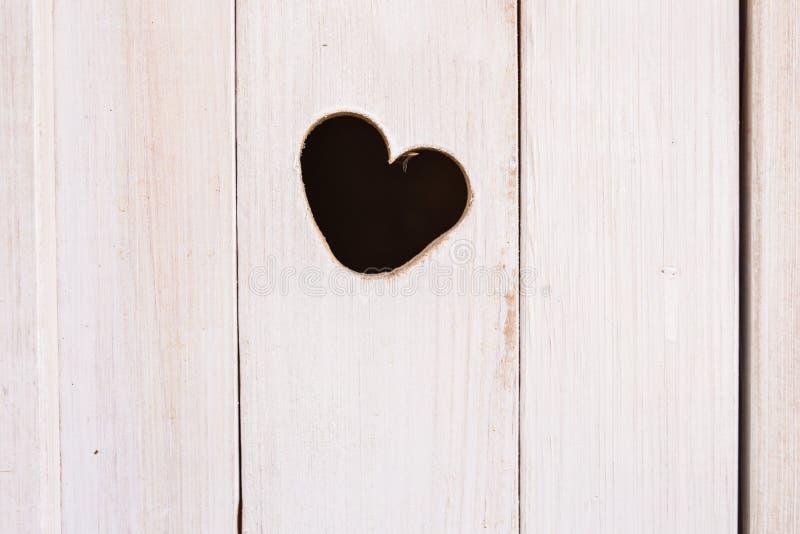 Conseil en bois avec la forme coupée de coeur images stock